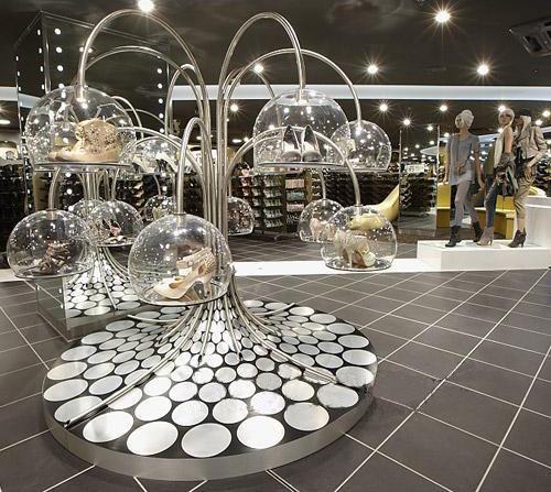 每一双鞋都像艺术品一样陈列在巨大的圆泡泡里图片